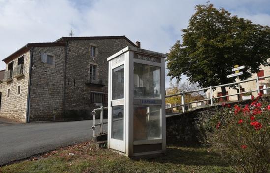 Une cabine téléphonique à Noailles, le 20 octobre 2015. - ERIC CABANIS / AFP