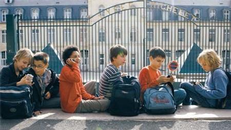 (Eric Dessons/JDD) Des jeunes d'une douzaine d'années, à la sortie du collège, vendredi. Objet de mode, comme le MP3 ou la console portable, le mobile les accompagne désormais partout.