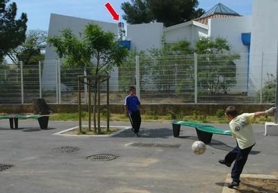 L'antenne-relais (voir flèche rouge) sur le toit de la maison de quartier des Pinchinades et tout près de l'école a été installée en juillet 2000. Le bail expirera le 30 juin 2009. (© Serge Guéroult)