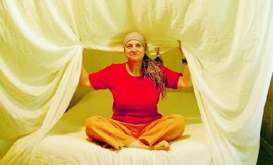 Bénédicte Michel a été obligée d'investir dans un lit à baldaquin avec des voiles de fibres métalliques destinées à bloquer les champs électromagnétiques. Toute sa maison est « électro-assainie »