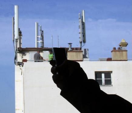 Peur de la téléphonie mobile ? - Selon le CRIIREM : «le risque existe» - Le Dauphiné Libéré - 13/02/2008
