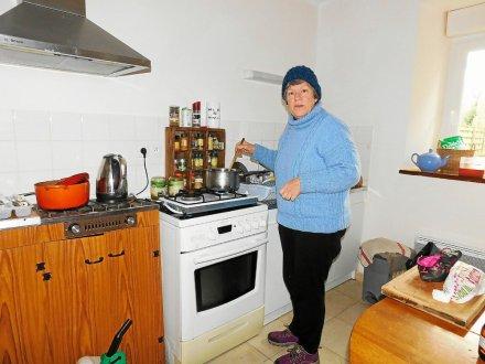 Danièle Bovin pensait partiellement résorber son problème de santé en venant s'installer dans une maison de granit. Il n'en est rien, elle doit se chauffer et cuisiner au gaz ou au bois.