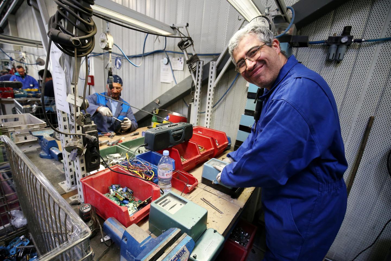900.000 anciens compteurs EDF arriveront dans les usines d'Esatitude aux Trois-Moulins et seront démantelés par des travailleurs en situation de handicap qui ont bénéficié d'une formation. Photo Dylan Meiffret
