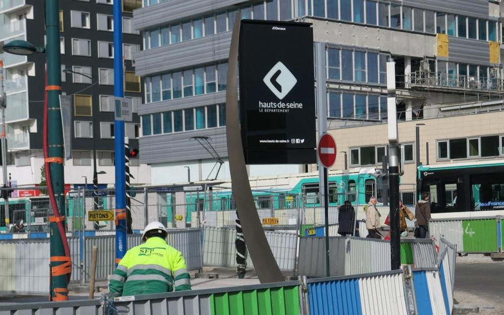 Les nouveaux panneaux numériques du département en cours d'installation par JCDecaux. Ici à Asnières-sur-Seine à la sortie de la gare Asnières-Genevilliers Les Courtilles en avril 2019 LP/E.D.