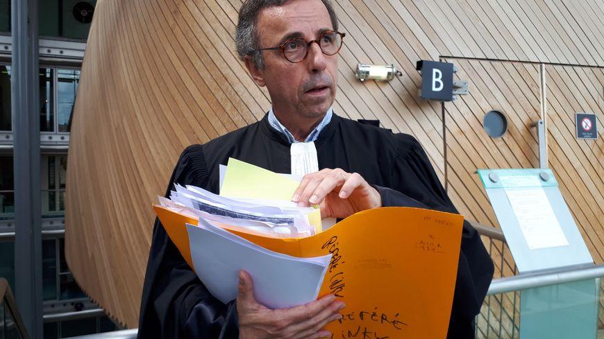 Maître Hurmic qui porte la voix des 206 particuliers engagés contre les compteurs Linky © Radio France - Stéphanie Brossard