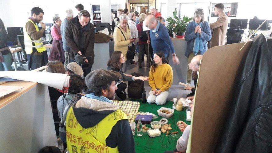 Les militants anti-linky pique-niquent au milieu des bureaux. DDM, Marie-Pierre Volle
