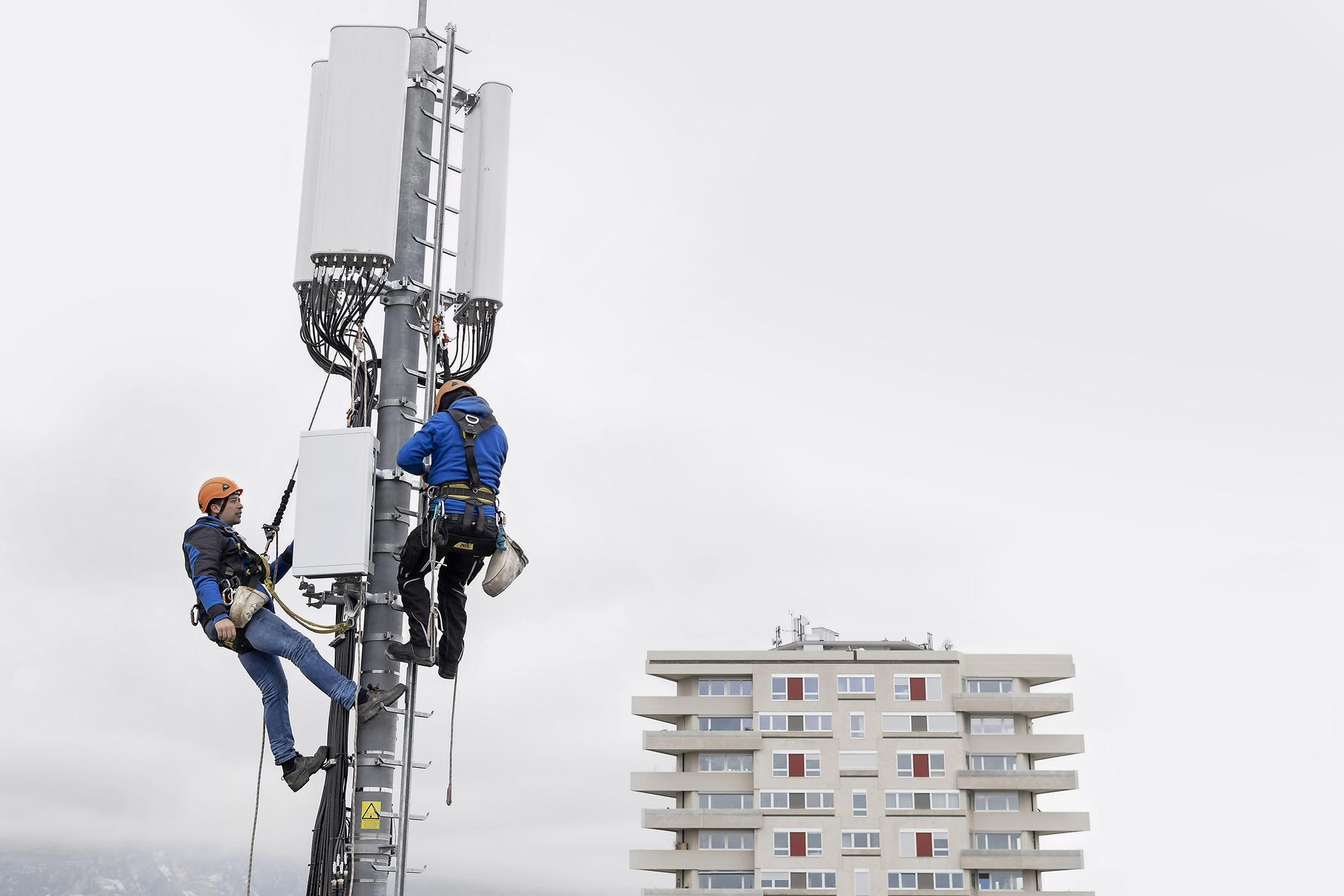 Installées au pas de charge en Suisse, les antennes 5G posent la question des conséquences sanitaires de l'électrosmog. Martial Trezzini/Keystone