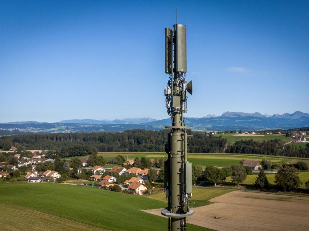Une antenne 5G construite en Suisse. FABRICE COFFRINI / AFP