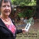 Monique Savigny mesure les émissions de l'antenne relais proche de chez elle. dmonteil