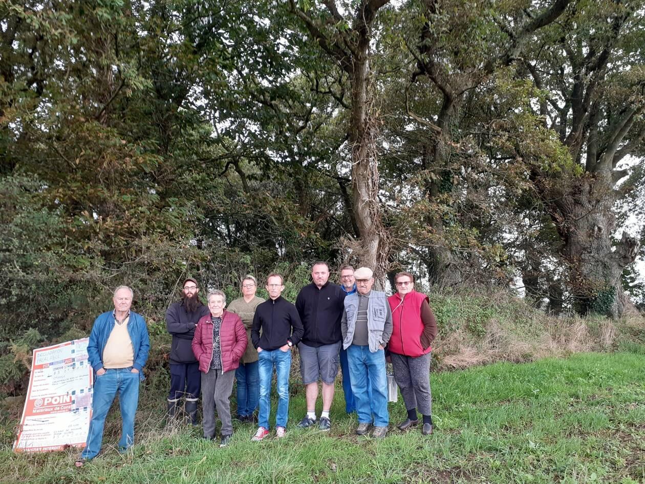 Les opposants au projet d'antenne relais téléphonie, dans le village de Ristinec. Ouest France