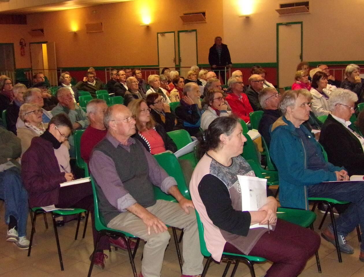 Le public est venu en nombre, avide de réponses, lors de la réunion d'information sur la pollution des ondes électromagnétiques. OUEST-FRANCE