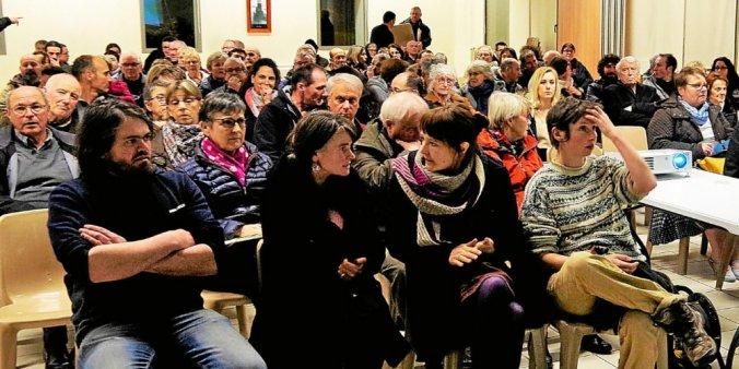 Mardi soir, le public est venu nombreux à l'invitation de l'Association Rochoise A.R.O.S.E. pour s'informer avec Les Robins des Toits, sur les risques des ondes électromagnétiques.