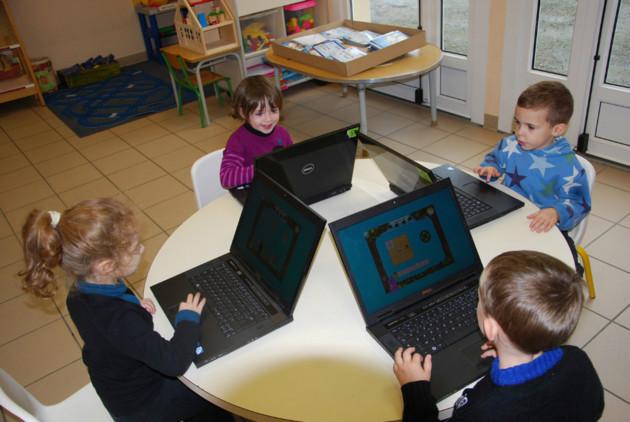 En maternelle et primaire, il est jugé préférable d'utiliser des solutions filaires, plutôt que du wi-fi.