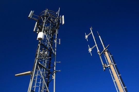 """""""Antennes relais : les techniciens qui installent la 4G mettent-ils en danger leur santé ?"""" - Basta Mag - 02/12/2013"""