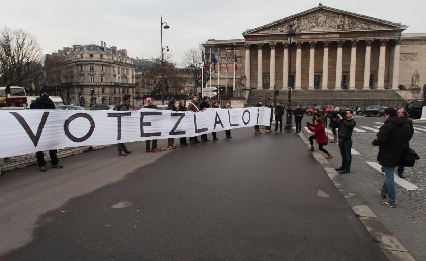 Des opposants aux ondes déploient une banderole pour inciter les députés à voter la proposition de loi écologiste à l'Assemblée nationale, le 23 janvier 2014. (MAXPPP)
