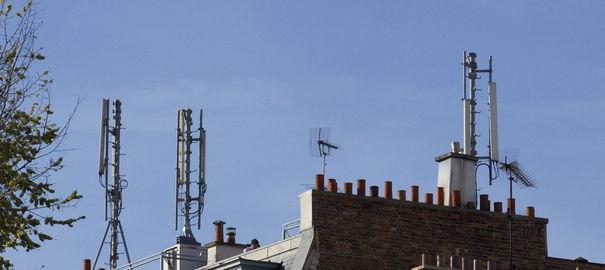 Des antennes relais sur les toits de Paris.  afp.com/Jacques Demarthon