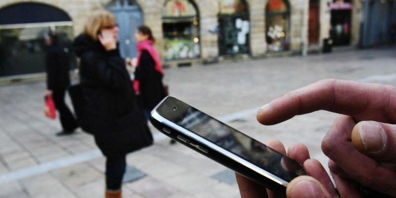 """Le téléphone portable est """"de loin"""" la principale source d'exposition aux ondes électromagnétiques © Photo Guillaume Bonnaud"""