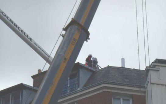 Rue du Général-Grossetti (XVIe), en mai. L'installation d'une antenne-relais 4G par SFR en face d'une crèche a soulevé un concert de protestations. (DR.)