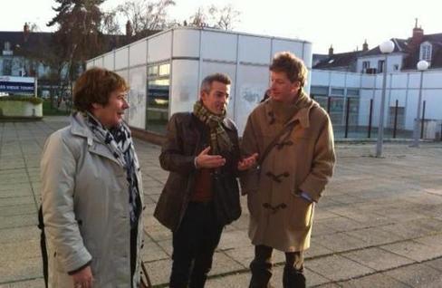 Emmanuel Denis, de Robin des toits, montre les halles, où une antenne était prévue, à Laurence Abeille, députée d'Europe Écologie les Verts.