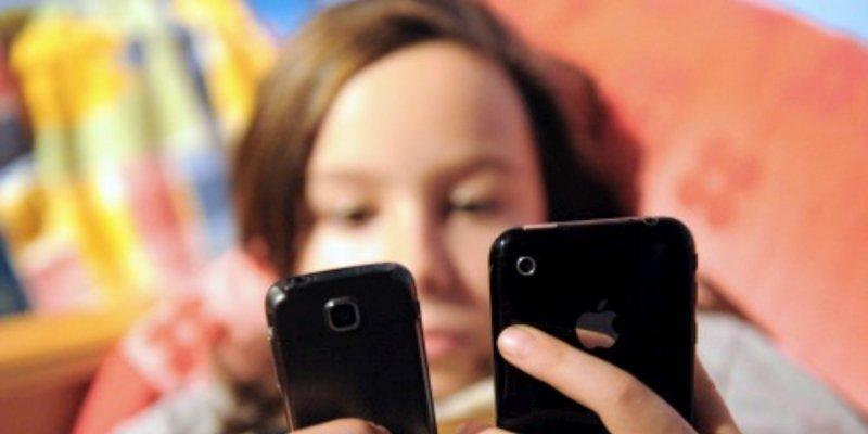 Afin de protéger la santé des usagers, notamment celle des enfants, la publicité pour les téléphones mobiles devra dorénavant mentionner la recommandation de l'usage d'un dispositif limitant l'exposition de la tête aux émissions radioélectriques. © Photo Archives AFP