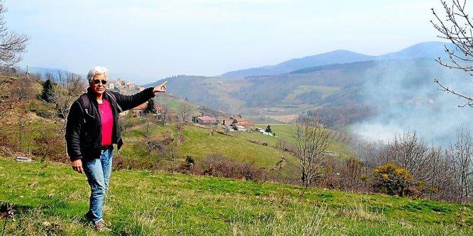 Isabelle Nonn-Traya vit en Ardèche, dans l'une des dernières zones blanches de France. Mais la prochaine mise en service d'une antenne relais, de l'autre côté du vallon, risque de la faire partir. Photos Ad. B. et DR