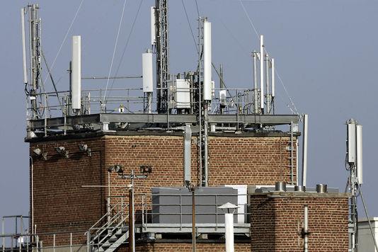 Antennes de téléphonie mobile, à Lille. PHILIPPE HUGUEN / AFP