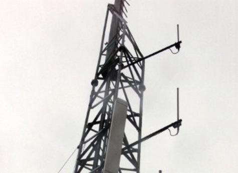 12 juillet 2001 une antenne de transmission et de relai de téléphone mobile et portable fixée sur le toit d'un immeuble à Paris. /AFP PHOTO JACK GUEZ