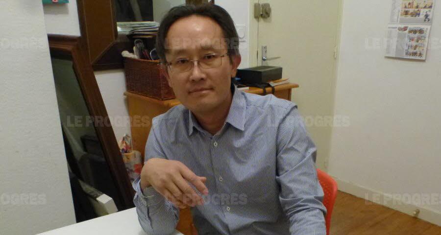 Ye Van, électrosensible, a fait l'acquisition de détecteurs de champs électromagnétique pour se protéger.  Photo Vincent Chavagneux
